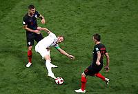 MOSCU - RUSIA, 11-07-2018: Dejan LOVREN (Izq)  y Mario MANDZUKIC (Der)jugadores de Croacia disputan el balón con Harry KANE (C) jugador de Inglaterra durante partido de Semifinales por la Copa Mundial de la FIFA Rusia 2018 jugado en el estadio Luzhnikí en Moscú, Rusia. / Dejan LOVREN (L) and Mario MANDZUKIC (R) player of Croatia fights the ball with Harry KANE (C) player of England during match of Semi-finals for the FIFA World Cup Russia 2018 played at Luzhniki Stadium in Moscow, Russia. Photo: VizzorImage / Julian Medina / Cont