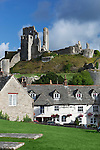 Great Britain, England, Dorset, Corfe Castle: The Greyhound Pub and ruins of castle | Grossbritannien, England, Dorset, Corfe Castle: The Greyhound Pub und Schlossruinen