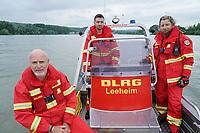 Leeheim 24.06.2021: DLRG-Bootsführer<br /> Matthias Hrobarsch (l) mit Niklas Reinhardt und Thomas Schaff (r) bei der Mann-über-Bord/Mann-im-Wasser Rettungsübung<br /> Foto: Vollformat/Marc Schüler, Schäfergasse 5, 65428 R'eim, Fon 0151/11654988, Bankverbindung KSKGG BLZ. 50852553 , KTO. 16003352. Alle Honorare zzgl. 7% MwSt.