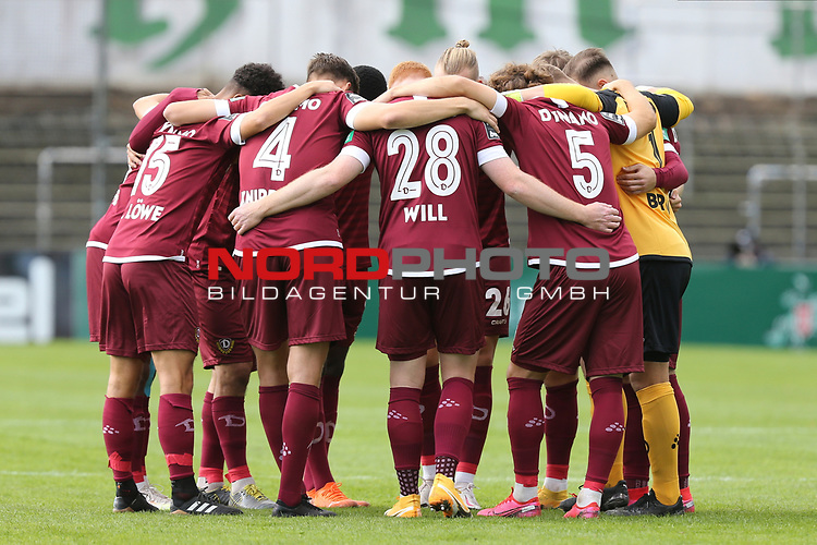 17.10.2020, Dietmar-Scholze-Stadion an der Lohmuehle, Luebeck, GER, 3. Liga, VfB Luebeck vs SG Dynamo Dresden <br /> <br /> im Bild / picture shows <br /> Spielbeginn die Mannschaft von SG Dynamo Dresden<br /> <br /> DFB REGULATIONS PROHIBIT ANY USE OF PHOTOGRAPHS AS IMAGE SEQUENCES AND/OR QUASI-VIDEO.<br /> <br /> Foto © nordphoto / Tauchnitz