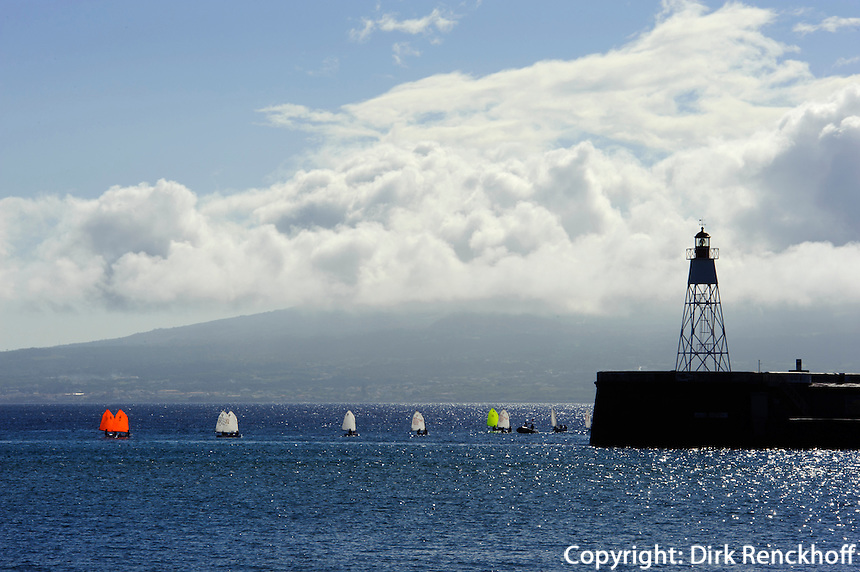 Segelboote vor Horta auf der Insel Faial, Azoren, Portugal