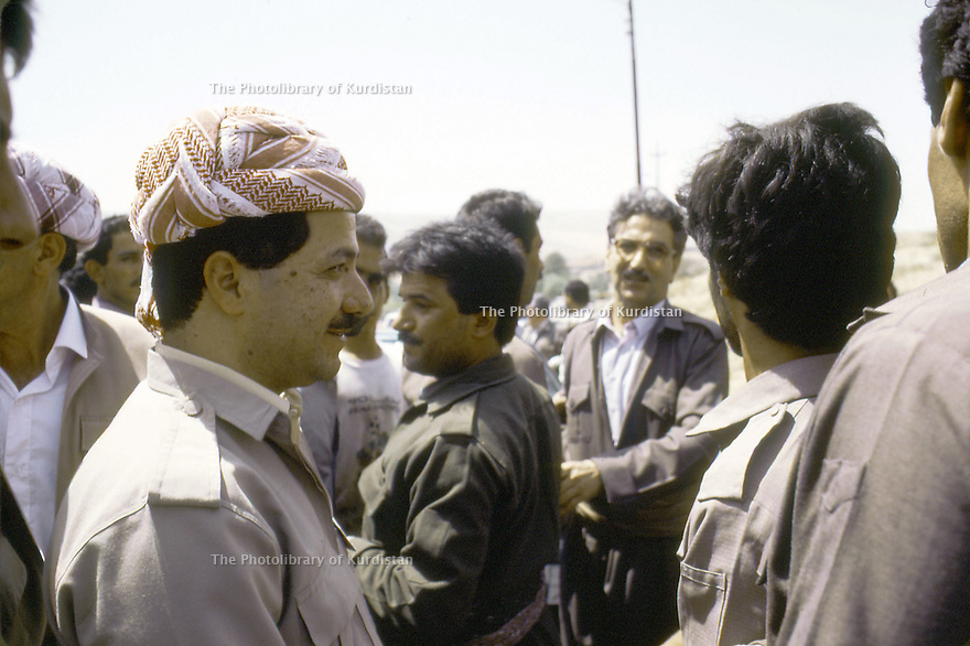 Irak 1991.Au poste de controle de Kore, retour de Bagdad de Massoud Barzani, au fond avc des lunettes  Sami Abdul Rahman           Iraq 1991   Checkpoint of Kore, Masoud Barzani coming back from Bagdad welcomed by personnalities of KDP party among them,  Sami Abdul Rahman with glasses