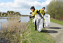 20/04/2010   Copyright  Pic : James Stewart.18_helix_litter  .::  HELIX PROJECT ::  KIDS FROM BRAES HIGH SCHOOL TAKE PART IN THE LITTER PICK AT THE FORTH & CLYDE CANAL BETWEEN LOCK 2 AND THE BLUE BRIDGE ::.