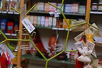 Negozio equosolidale, dove si possono trovare prodotti di molti paesi del mondo..Fair trade store, where you can find products of many countries of the world..Il commercio equo e solidale è un movimento sociale organizzato, basato che ha lo scopo di aiutare i produttori nei paesi in via di sviluppo e promuovere la sostenibilità..Fair trade is an organized social movement, based which aims to help producers in developing countries and promote sustainability...