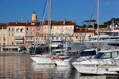 France, Provence-Alpes-Côte d'Azur, Saint-Tropez: Yachts in harbour of old town | Frankreich, Provence-Alpes-Côte d'Azur, Saint-Tropez: Luxus-Yachten im Hafen