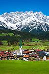 Oesterreich, Tirol, Ellmau am Wilden Kaiser: Drehort fuer TV-Serie 'Der Bergdoktor' mit Dorfkirche | Austria, Tyrol, Ellmau with village church and Wilder Kaiser mountains