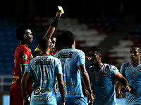 CALI - COLOMBIA – 22 - 09 - 2017: Hervin Otero (2 Izq.), arbitro, muestra tarjeta amarilla a Cristian Borja (Fuera de Cuadro) jugador de Cortulua, durante partido entre Cortulua y Jaguares F.C., por la fecha 13 de la Liga Aguila II 2017 jugado en el estadio Pascual Guerrero de la ciudad de Cali. / Hervin Otero (2 L), referee, shows yellow card to Cristian Borja (Out of Frame), player of Cortulua, during a match Cortulua and Jaguares F.C., for the date 13th of the Liga Aguila II 2017 played at the Pascual Guerrero stadium in Cali city. Photo: VizzorImage / Luis Ramirez / Staff.