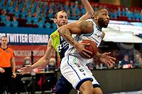 10-04-2021: Basketbal: Donar Groningen v ZZ Leiden: Groningen, Donar speler Juwann James met Leiden speler Marijn Ververs