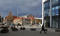 Stadtansichten 2009 - Straßenszene am Fuße des Wintergartenhochhaus - auf den Hauptbahnhof (Ostseite) strahlt die Sonne - fotografiert aus der Schützenstraße  . Foto: Norman Rembarz..Norman Rembarz , ( ASV-Autorennummer 41043728 ), Holbeinstr. 14, 04229 Leipzig, Tel.: 01794887569, Hypovereinsbank: BLZ: 86020086, KN: 357889472, St.Nr.: 231/261/06432 - Jegliche kommerzielle Nutzung ist honorar- und mehrwertsteuerpflichtig! Persönlichkeitsrechte sind zu wahren. Es wird keine Haftung übernommen bei Verletzung von Rechten Dritter. Autoren-Nennung gem. §13 UrhGes. wird verlangt. Weitergabe an Dritte nur nach  vorheriger Absprache..
