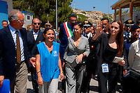 Lampedusa / Italia - 19 giugno 2011.Angelina Jolie, nella veste di Ambasciatore per i diritti umani delle Nazioni Unite, visita il centro di prima accoglienza per rifugiati di Lampedusa in compagnia della portavoce dell ACNUR Laura Boldrini..Foto Livio Senigalliesi