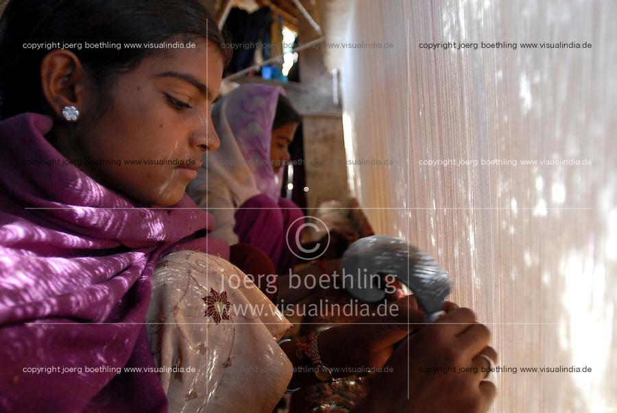 INDIA Rajasthan, village Paledi, children work in cottage industry as carpet weaver / INDIEN Rajasthan, Dorf Paledi, Kinder arbeiten in kleinen Teppichknuepfereien