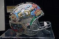 Helm zum Super Bowl 50 gestaltet live vor Ort zum Super Bowl 50 von Künstler Charles Fazzino - Super Bowl 50 Merchandising, Moscone Center San Francisco