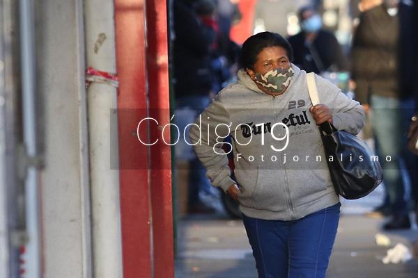 Campinas (SP), 25/05/2021 - Clima-SP - Pedestres em Campinas, interior de São Paulo, enfrentam uma temperatura fria de 12 graus com sensação de 9 graus na manhã desta terça-feira (25) na região central da cidade.