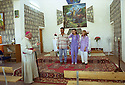 Irak 2002<br /> Mgr Petros Harbol avec des chrétiens dans l'église de Levo<br /> Iraq 2002<br /> In the church of Levo, Bishop Petros Harbol with some christians
