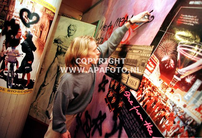 Nijmegen,19-02-99  foto:Koos Groenewold (APA)<br /> Eindelijk mocht deze bezoeker van de laatse filmavond van Scala <br /> een keer legaal op de muren spuiten.
