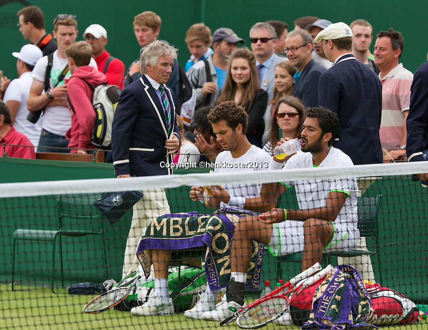 01-07-13, England, London,  AELTC, Wimbledon, Tennis, Wimbledon 2013, Day seven, Jean-Julien Rojer (NED) and his doubles partner Aisam Qureshi (PAK) (R), left linesman<br /> <br /> <br /> <br /> Photo: Henk Koster