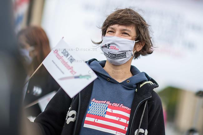 """Aktion der Menschenrechtsorganisation Reporter ohne Grenzen (RSG) am Mittwoch den 7. Oktober 2020 in Berlin zur Pressefreiheit in den USA.<br /> Die Organisation forderte alle Kandidatinnen und Kandidaten der US-Wahlen im November 2020 auf, sich oeffentlich zur Pressefreiheit zu bekennen, wie sie der erste Verfassungszusatz garantiert.<br /> RSF beklagte die """"gewalttaetigen Angriffe auf Journalistinnen und Journalisten, Zugangsbeschraenkungen fuer unabhaengige Medien, ein aufgeweichter Quellenschutz und ein Praesident, der nahezu taeglich gegen Medienschaffende hetzt – die Presse ist in den Vereinigten Staaten in den vergangenen Jahren in beispielloser Weise unter Beschuss geraten"""".<br /> 7.10.2020, Berlin<br /> Copyright: Christian-Ditsch.de"""