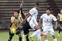 ITAGÜI - COLOMBIA -03-04-2014: Yessy Mena (Izq.) jugador de Itagüi disputa el balón con Wilmer Diaz (Der.) jugador de La Equidad durante  partido Itagüi y La Equidad por la fecha 14 de la Liga Postobon I 2014 en el estadio Ditaires de la ciudad de Itagüi. / John J Restrepo (L) player of Itagüi fights for the ball with Wilmer Diaz (R) player of La Equidad during a match Itagüi and La Equidad for the date 14th of the Liga Postobon I 2014 at the Ditaires stadium in Itagüi city. Photo: VizzorImage / Luis Rios / Str.