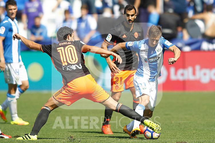 CD Leganes' Alexander Szymanowski (r) and Valencia CF's Daniel Parejo during La Liga match. September 25,2016. (ALTERPHOTOS/Acero)