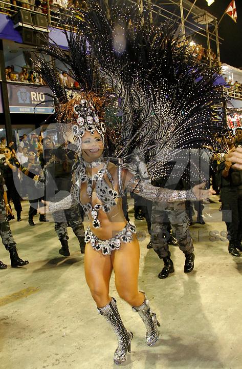 RIO DE JANEIRO, RJ, 07 DE MARÇO DE 2011 - CARNAVAL RJ - SALGUEIRO - A rainha de bateria Viviane Araújo da Escola de Samba Salgueiro, se apresenta no Sambódromo da Marquês de Sapucaí, durante o segundo dia dos desfiles do Grupo Especial do Carnaval 2011, do Rio de Janeiro. na noite desta segunda-feira (7).  (FOTO: VANESSA CARVALHO / NEWS FREE).