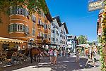 Austria, Tyrol, Kitzbuehel: town centre with cafés, restaurants and partial pedestrian area | Oesterreich, Tirol, Kitzbuehel-Zentrum: Vorderstadt mit Cafès, Restaurants und teilweiser Fussgaengerzone