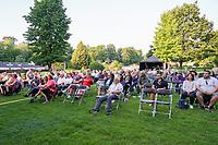 Besucher genießen das Konzert, Musiker Purple Schulz tritt im Waldschwimmbad Mörfelden auf - Mörfelden-Walldorf 16.07.2021: Konzert Purple Schulz