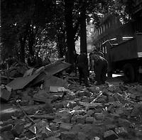 Le 12 Juin 1968. Vue d'un tas de pavés après la manifestation des étudiants dans les rues de Toulouse.