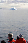 icebergs a a sortie du fjord Christian sund