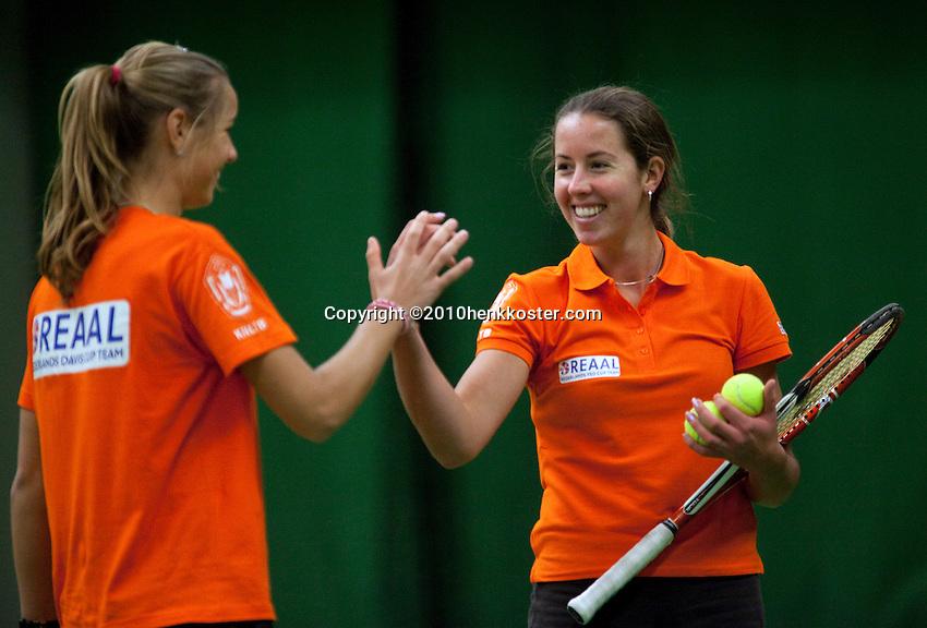 29-1-10, Almere, Tennis, Training Fedcup team, High five tuddem Arantxa Rus en Chayenne Ewijk