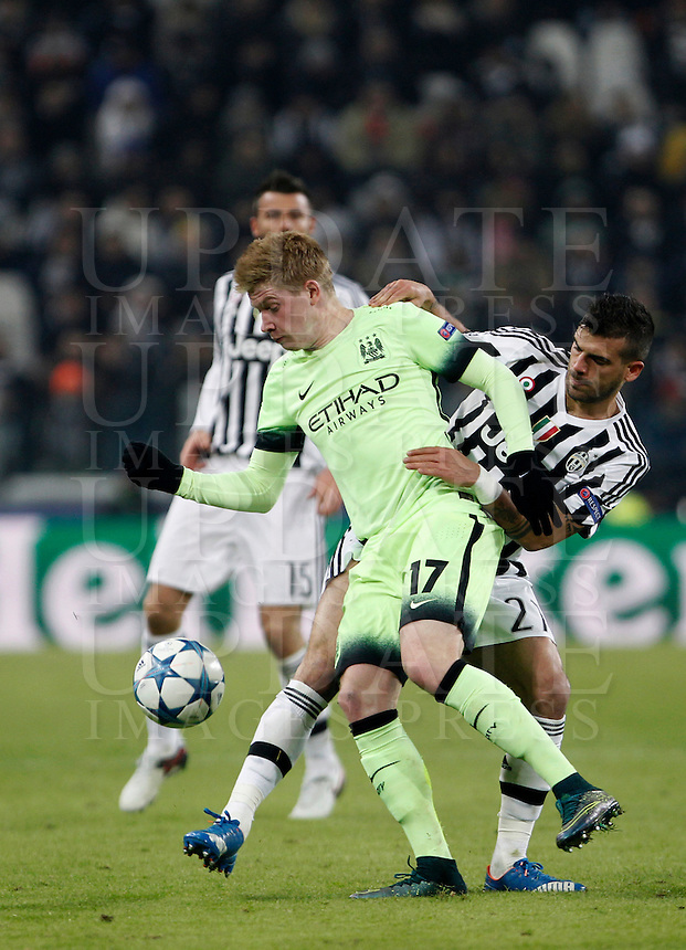Calcio, Champions League: Gruppo D - Juventus vs Manchester City. Torino, Juventus Stadium, 25 novembre 2015. <br /> Manchester City's Kevin De Bruyne, left, is challenged by Juventus' Stefano Sturaro during the Group D Champions League football match between Juventus and Manchester City at Turin's Juventus Stadium, 25 November 2015. <br /> UPDATE IMAGES PRESS/Isabella Bonotto