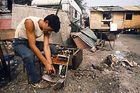 - permanent camp for Rom nomads at Torino periphery, recovery work  of metals from electronic components<br /> <br /> - accampamento stanziale per nomadi Rom alla periferia di Torino, lavoro di recupero dei metalli da componenti elettroniche