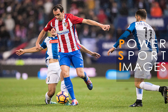 Diego Roberto Godin Leal of Atletico de Madrid battles for the ball with Gerard Moreno Balaguero (l) of RCD Espanyol during the La Liga match between Atletico de Madrid and RCD Espanyol at the Vicente Calderón Stadium on 03 November 2016 in Madrid, Spain. Photo by Diego Gonzalez Souto / Power Sport Images