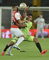 BOGOTÁ -COLOMBIA, 04-06-2016. Yeison Gordillo (Izq.) jugador de Santa Fe disputa el balón con Juan Camilo Roa (Der.) jugador de Cortulúa durante partido de vuelta entre Independiente Santa Fe y Cortulúa por los cuadrangulares finales de la Liga Aguila I 2016 jugado en el estadio Nemesio Camacho El Campin de la ciudad de Bogota.  / Yeison Gordillo (L) player of Santa Fe struggles for the ball with Juan Camilo Roa (R) player of Cortulua during second leg match between Independiente Santa Fe and Cortulua of the finals quadrangular of the Liga Aguila I 2016 played at the Nemesio Camacho El Campin Stadium in Bogota city. Photo: VizzorImage/ Gabriel Aponte / Staff