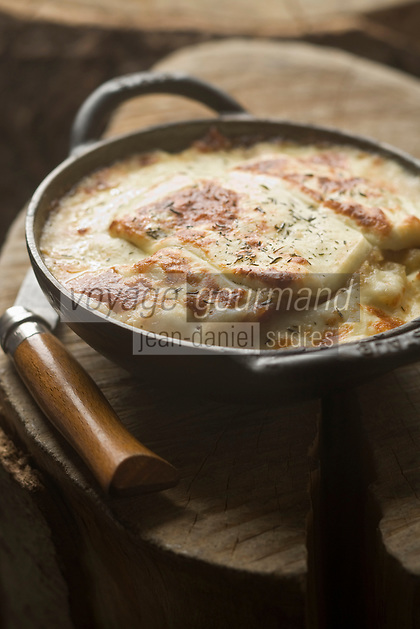 EEurope/France/73/Savoie/Val d'Isère: Restaurant: La pela, tartiflette cuite à la  poelle, recette du restaurant: L'étable d'Alain à la Ferme de l'Adroit