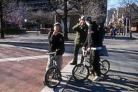 Vigili urbani mentre controllano dei ragazzi in bicicletta.Policemen during a control to boys with bike..