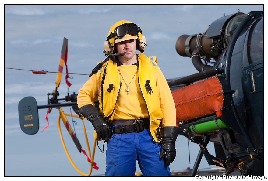 Porte hélicoptères Jeanne d'Arc<br /> Ocean Atlantique<br /> Premier maître Sylvain Derency.<br /> « Chien jaune » Chef du pont d'envol.