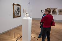"""Die Ausstellung """"Picasso. Das spaete Werk"""" wird vom 9. Maerz bis 16. Juni 2019 im Potsdamer Museum Barberini gezeigt.  Alle Leihgaben, Gemaelde, Keramiken, Skulpturen und Graphiken von Pablo Picasso (1881–1973), stammen aus der Sammlung Jacqueline Picasso (1927–1986).<br /> In der von Gastkurator Bernardo Laniado-Romero getroffenen Auswahl befinden sich zahlreiche Werke, die erstmalig in Deutschland gezeigt werden sowie einige, die zum ersten Mal in einem Museum praesentiert werden.<br /> Im Bild: """"Frauenkopf mit Blumenkrone"""", Steingut, 20. Maerz 1954.<br /> 7.3.2019, Potsdam<br /> Copyright: Christian-Ditsch.de<br /> [Inhaltsveraendernde Manipulation des Fotos nur nach ausdruecklicher Genehmigung des Fotografen. Vereinbarungen ueber Abtretung von Persoenlichkeitsrechten/Model Release der abgebildeten Person/Personen liegen nicht vor. NO MODEL RELEASE! Nur fuer Redaktionelle Zwecke. Don't publish without copyright Christian-Ditsch.de, Veroeffentlichung nur mit Fotografennennung, sowie gegen Honorar, MwSt. und Beleg. Konto: I N G - D i B a, IBAN DE58500105175400192269, BIC INGDDEFFXXX, Kontakt: post@christian-ditsch.de<br /> Bei der Bearbeitung der Dateiinformationen darf die Urheberkennzeichnung in den EXIF- und  IPTC-Daten nicht entfernt werden, diese sind in digitalen Medien nach §95c UrhG rechtlich geschuetzt. Der Urhebervermerk wird gemaess §13 UrhG verlangt.]"""