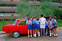 Aula de mecânica em escola de campo. Cuba. 1984. Foto de Juca Martins.