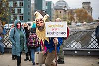 """Sogenannten """"Querdenker"""" sowie verschiedene rechte und rechtsextreme Gruppen hatten fuer den 18. November 2020 zu einer Blockade des Bundestag aufgerufen. Sie wollten damit verhindern, dass es eine Abstimmung ueber das Infektionsschutzgesetz gibt.<br /> Es sollen sich ca. 7.000 Menschen versammelt haben. Sie wurden durch Polizeiabsperrungen daran gehindert zum Reichstagsgebaeude zu gelangen. Sie versammelten sich daraufhin u.a. vor dem Brandenburger Tor.<br /> Im Bild: Ein Demonstrant mit einem Pappschild """"Fasching gegen Faschismus"""" (gemeint sind die Massnahmen der Bundesregierung zur Eindaemmung der Covid-19 Pandemie). <br /> 18.11.2020, Berlin<br /> Copyright: Christian-Ditsch.de"""