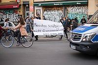 """Trotz Corona-Versammlungseinschraenkung gingen am 1. Mai 2020 in Berlin 3.000 Menschen in Berlin-Kreuzberg auf die Strasse. Sie protestierten u.a. fuer die Aufnahme von Gefluechteten aus den ueberfuellten griechischen Fluechtlingslagern und die Unterstuetzung von Automobilkonzernen wegen der Corona-Krise.<br /> Im Bild: Menschen tragen ein Transparent mit der Aufschrift """"Menschen schuetzen - nicht Grenzen! Leave No One Behind"""".<br /> 1.5.2020, Berlin<br /> Copyright: Christian-Ditsch.de<br /> [NUR FUER REDAKTIONELLE ZWECKE! Werbung nur auf Anfrage beim Fotografen. Inhaltsveraendernde Manipulation des Fotos nur nach ausdruecklicher Genehmigung des Fotografen. Vereinbarungen ueber Abtretung von Persoenlichkeitsrechten/Model Release der abgebildeten Person/Personen liegen nicht vor. NO MODEL RELEASE! Don't publish without copyright Christian-Ditsch.de, Veroeffentlichung nur mit Fotografennennung, sowie gegen Honorar, MwSt. und Beleg. Konto: I N G - D i B a, IBAN DE58500105175400192269, BIC INGDDEFFXXX, Kontakt: post@christian-ditsch.de<br /> Bei der Bearbeitung der Dateiinformationen darf die Urheberkennzeichnung in den EXIF- und  IPTC-Daten nicht entfernt werden, diese sind in digitalen Medien nach §95c UrhG rechtlich geschuetzt. Der Urhebervermerk wird gemaess §13 UrhG verlangt.]"""