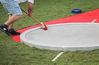 Leichtathletik, Deutsche Meisterschaft vom 25. bis 27.07.2014 im Donaustadion Ulm und auf dem Münsterplatz. Im Bild: Besenreine Übergabe des Rings an den nächsten Kugelstoßer.