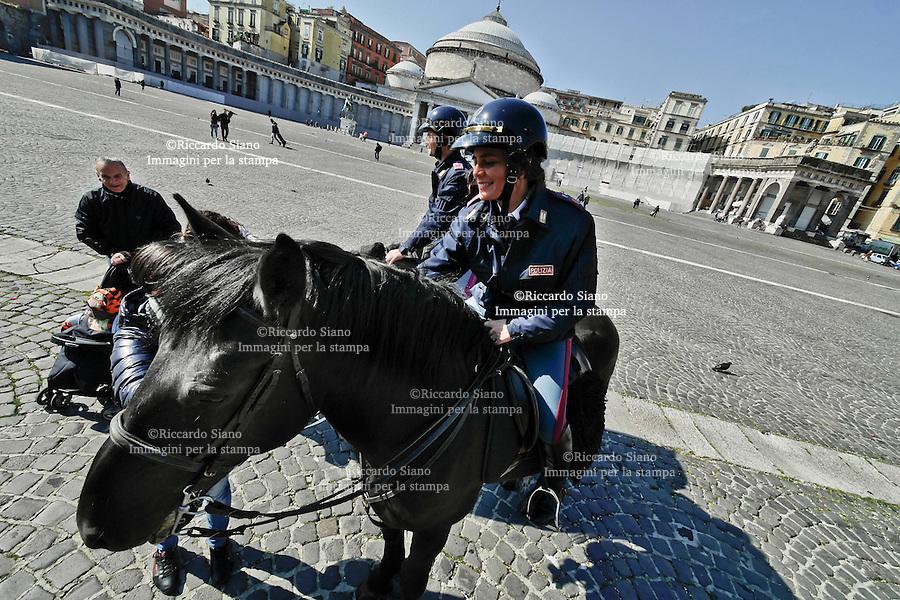 - NAPOLI 8 MAR  2014 -   Festa della donna  poliziotta a cavallo in piazza del Plebiscito