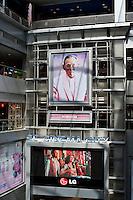 Thailand, Bangkok, Dec. 13, 2009..December 2009 the main road in old Bangkok as flooded with images of the King of Thailand. Even in the malls like here in the MBK mall. King Bhumibols birthday was on the 5th of December and in 2010 he will be 60 years King of the country...In december 2009 hingen overal maar vooral in het oude centrum van Bangkok afbeeldingen van Koning Bhumibol. Hij was jarig op 5 december en is 60 jaar Koning van Thailand in 2010. Hier in een winkelcentrum....Photo Kees Metselaar