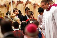 Bambini omaggiano il Bambinello all'inizio della messa celebrata da Papa Francesco la Notte di Natale, nella Basilica di San Pietro, Citta' del Vaticano, 24 dicembre 2015.<br /> Children pay homage to the statuette of Baby Jesus at the beginning of the Pope Francis' Christmas Eve mass in St. Peter's Basilica, Vatican, 24 December 2015.<br /> UPDATE IMAGES PRESS/Riccardo De Luca<br /> <br /> STRICTLY ONLY FOR EDITORIAL USE