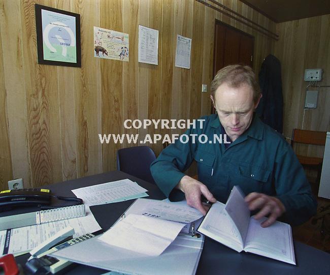 etten (gld) 210700 bennie steentjes bezig met de administratie aan de muur het skovarcertificaat, daarnaast aujetskivrij.<br />foito frans ypma APA-foto<br />ltr1/2oogst 31skovarcertificaat