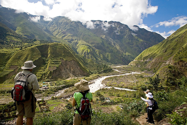 THE URUBAMBA RIVER FLOWS THROUGH A LUSH TROPICAL VALLEY NEAR SANTA TERESA,PERU