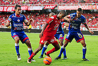 CALI -COLOMBIA-26-02-2017: Steven Lucumi (Izq) jugador de América Cali disputa el balón con Victor Cantillo (Der) jugador de Deportivo Pasto durante partido por la fecha 6 de la Liga Águila I 2017 jugado en el estadio Pascual Guerrero de la ciudad de Cali. / Steven Lucumi (L) player of América Cali struggles the ball with Victor Cantillo (R) player of Deportivo Pasto during match for date 6 of the Aguila League I 2017 played at Pascual Guerrero stadium in Cali. Photo: VizzorImage/ NR / Cont