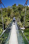 New Zealand, South Island, Nelson region, Abel Tasman National Park: Swing bridge on Abel Tasman Trail near Frenchman's Bay | Neuseeland, Suedinsel, Region Nelson, im Abel Tasman National Park: Haengebruecke am Abel Tasman Trail nahe der Frenchman's Bay