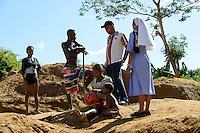 MADAGASCAR, region Manajary, town Vohilava, small scale gold mining / MADAGASKAR Mananjary, Vohilava, kleingewerblicher Goldabbau, SVD Pater Peter Rego und Ordensschwester FLORENTINE