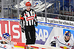 Hauptschiedsrichter Lasse Kopitz beim Spiel des MAGENTA SPORT CUP 2020, Adler Mannheim (blau) - EHC Red Bull Muenchen (weiss).<br /> <br /> Foto © PIX-Sportfotos *** Foto ist honorarpflichtig! *** Auf Anfrage in hoeherer Qualitaet/Aufloesung. Belegexemplar erbeten. Veroeffentlichung ausschliesslich fuer journalistisch-publizistische Zwecke. For editorial use only.